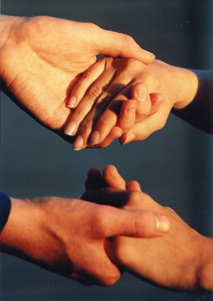 holdinghands_600