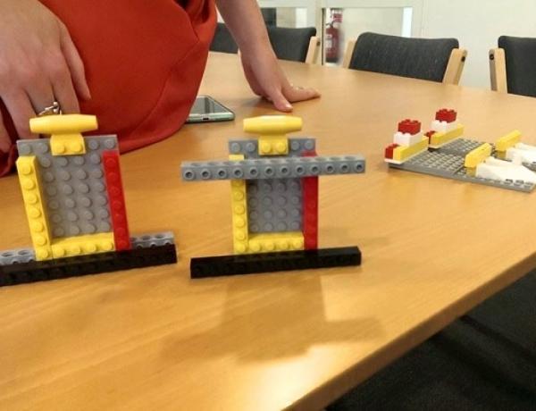 Värdskap, expansion, kommunikation och Lego